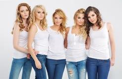 Stående av unga allvarliga flickvänner royaltyfria foton