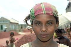 Stående av unga flickan med den färgrika sjaletten arkivbilder