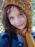 Stående av unga flickan med hatten royaltyfria foton