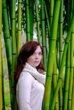 Stående av unga kvinnor i skog av högväxt bambu Royaltyfria Foton