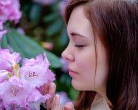Stående av unga kvinnor som luktar blomman Fotografering för Bildbyråer