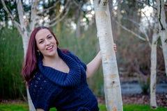 Stående av unga kvinnor som rymmer trädet Arkivfoton
