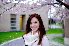 Stående av unga kvinnor under körsbärsrött träd Fotografering för Bildbyråer