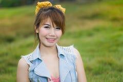 Stående av unga lyckliga womanors för härligt leende Arkivfoton