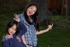 Stående av unga systrar som ser kameran royaltyfri foto