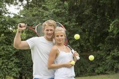 Stående av unga tennisspelare Arkivfoton