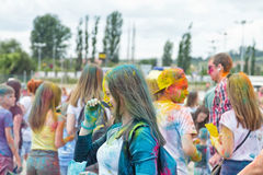 Stående av ungdomarmed olika färger suddade framsidor Arkivbild