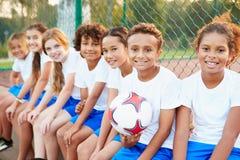 Stående av ungdomfotboll Team Training Together Royaltyfri Foto