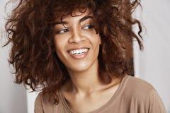 Stående av ungt ärligt härligt afrikanskt le för flicka royaltyfria bilder