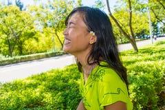 Stående av ungt härligt asiatiskt skratta för flicka Royaltyfria Bilder
