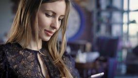 Stående av ungt kvinnligt Ungt attraktivt kvinnligt sammanträde, i kafé och att le stock video