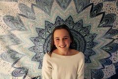Stående av ungt le för tonårs- flicka arkivfoton