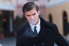 Stående av ungt röka för affärsman Royaltyfri Bild