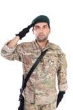 Stående av ungt salutera för armésoldat royaltyfri fotografi