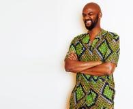 Stående av ungt stiligt afrikanskt bära för man som är ljust - grön nati royaltyfri fotografi