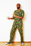 Stående av ungt stiligt afrikanskt bära för man som är ljust - grön nati royaltyfri bild