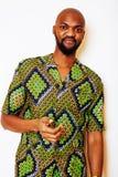 Stående av ungt stiligt afrikanskt bära för man som är ljust - grön nati royaltyfri foto