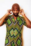 Stående av ungt stiligt afrikanskt bära för man som är ljust - grön nati arkivbild