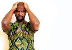 Stående av ungt stiligt afrikanskt bära för man som är ljust - grön nationell dräkt som ler att göra en gest, underhållningmateri royaltyfri fotografi