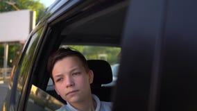 Stående av ungt stiligt tonårigt resa i en taxibil med en chaufför i solig dag stock video
