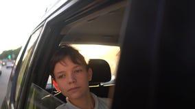 Stående av ungt stiligt tonårigt resa i en taxibil med en chaufför i solig dag arkivfilmer
