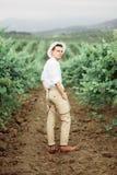 Stående av ursnygga kvinnor och man i vingårdarna arkivfoto
