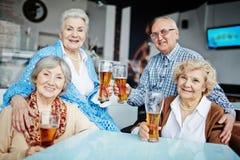 Stående av vänner i pub royaltyfri fotografi