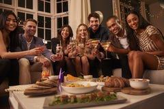 Stående av vänner med drinkar och mellanmål på partiet Royaltyfri Foto