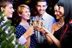 Stående av vänner som firar nytt år Royaltyfria Foton