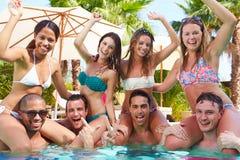 Stående av vänner som har partiet i simbassäng Royaltyfri Fotografi
