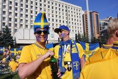 Stående av ventilatorerna från Sverige på EURO-2012 Arkivfoto