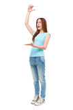 Stående av visningen för ung kvinna något som är stor med henne händer Arkivfoto