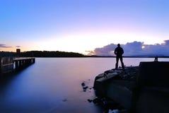 Stående bara vid sjön Fotografering för Bildbyråer
