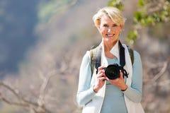 Stående berg för kvinnlig fotvandrare Fotografering för Bildbyråer