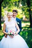 Stående bruden och brudgummen på bakgrunden av parkeragränden royaltyfri fotografi