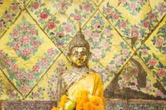 Stående Buddha i den Songkran festivalen Arkivfoto