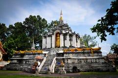 Stående Buddha på stupa och solsken Arkivbild