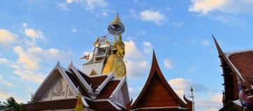 Stående Buddha på Wat Intharawihan, Bangkok Royaltyfri Fotografi
