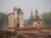 STÅENDE BUDDHA WAT MAHATHAT, SUKHOTHAI-NATIONALPARK, THAILAND Royaltyfria Foton