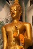 Stående Buddhaframdel av kyrkan på den thailändska templet i Thailand Royaltyfri Fotografi