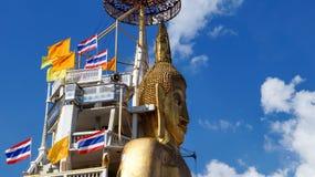 Stående Buddharesande till och med Thailand med ryggsäcken Fotografering för Bildbyråer