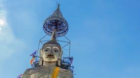 Stående Buddhastående för blå himmel Arkivbild