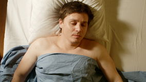 STÅENDE: Caucasian sömnar för ung man arkivfilmer