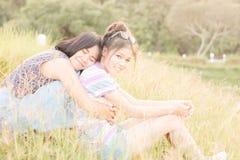 Stående ett par av kvinnor Royaltyfri Foto