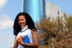 Stående för affärskvinna utomhus, med modern byggnad som bakgrund Arkivbilder