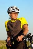 stående för cyklistclouseberg upp Arkivfoton