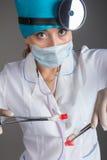 Stående för doktors` s Kvinnan doktorn i bra lynne Vi önskar en god hälsa Arkivfoto