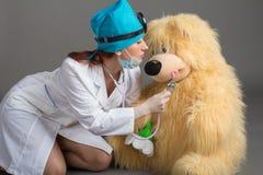 Stående för doktors` s Kvinnan doktorn i bra lynne Vi önskar en god hälsa Arkivbild