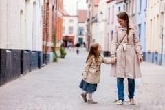 stående för dottermoder utomhus Arkivbild