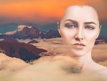 Stående för dubbel exponering av havet för ung kvinna och moln Arkivbild